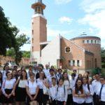 Svábhegyi csoportkép a templom előtt